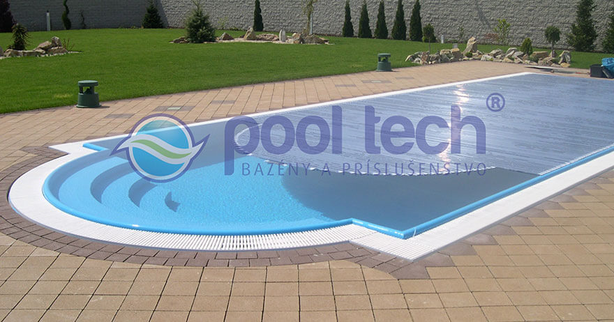 Bazén s prepadovým žlabom v rodinnom dome